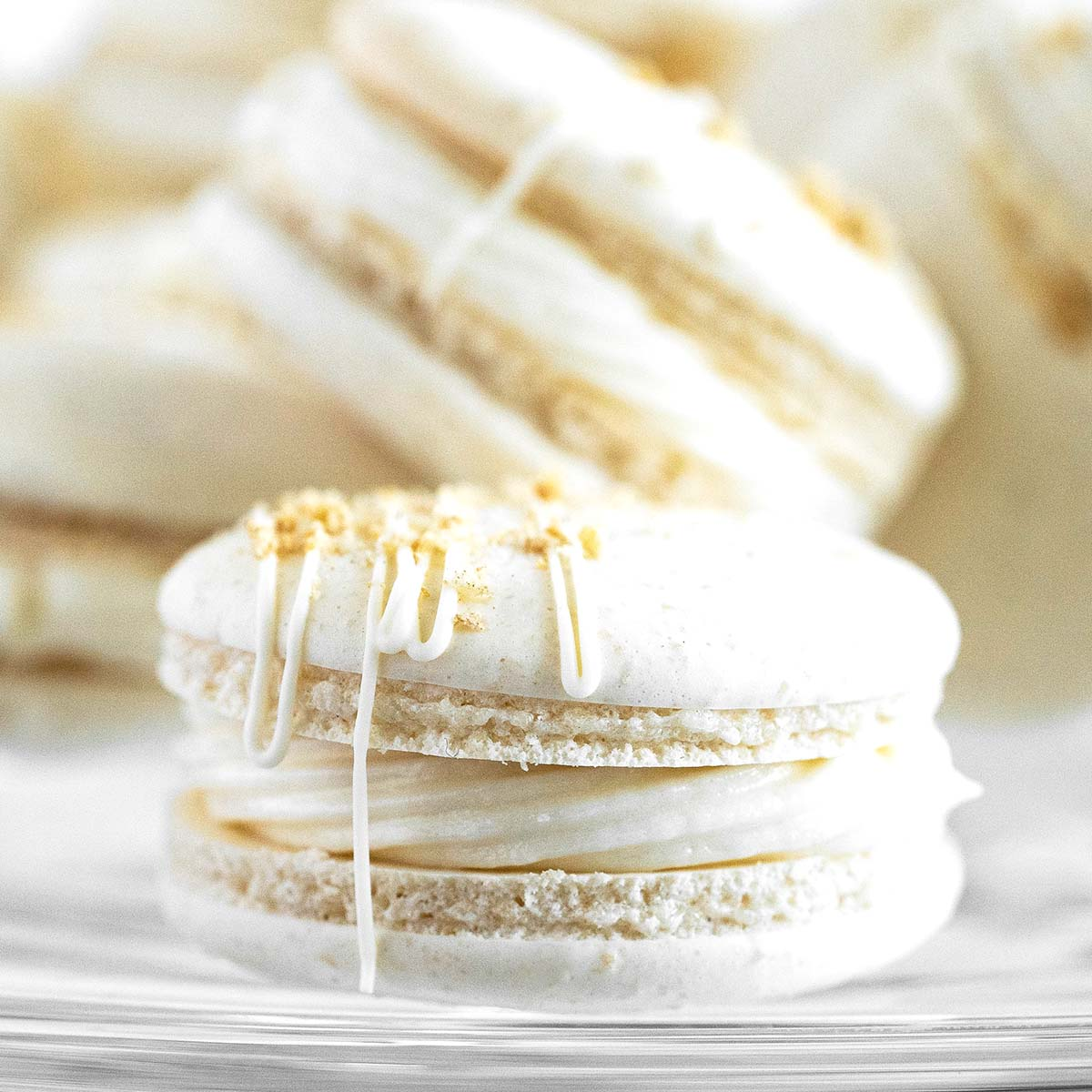 apple pie macarons featured image